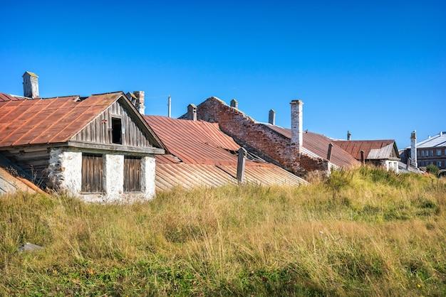 Un vecchio edificio in mattoni con tetto e finestre in un villaggio sulle isole solovetsky