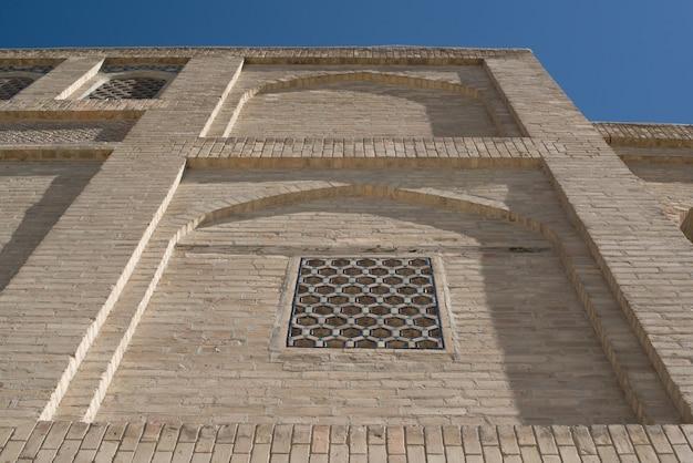 Un vecchio edificio in mattoni con elementi di archi antichi edifici dell'asia bukhara uzbekistan