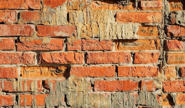 Vecchio muro di mattoni per lo sfondo. primo piano, luce solare.