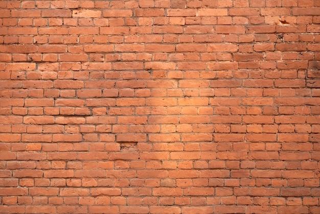 Vecchio muro di mattoni. muratura da un vecchio mattone in stile rustico. la struttura e il modello del muro di pietra distrutto. copia spazio.