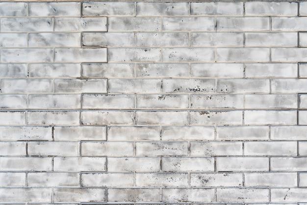 Vecchio muro di mattoni in mattoni di silicato bianco