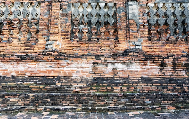 Vecchio muro di mattoni. la rovina del muro di mattoni del tempio. ayutthaya thailandia. sito storico. sfondo