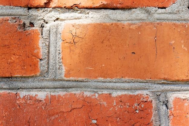 Vecchio muro di mattoni con graffi, crepe, polvere, crepe, rugosità. usato come poster o sfondo
