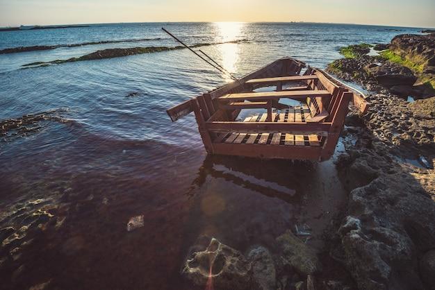 Vecchio peschereccio rotto sulla riva