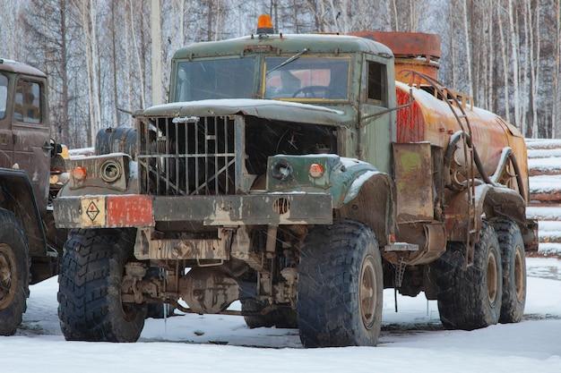 Vecchio camion di carburante rotto in un magazzino