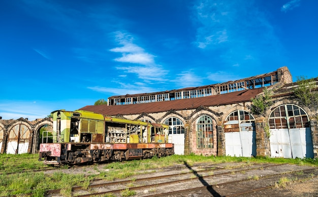 Vecchia locomotiva diesel arrugginita rotta del deviatore al deposito di gyumri in armenia