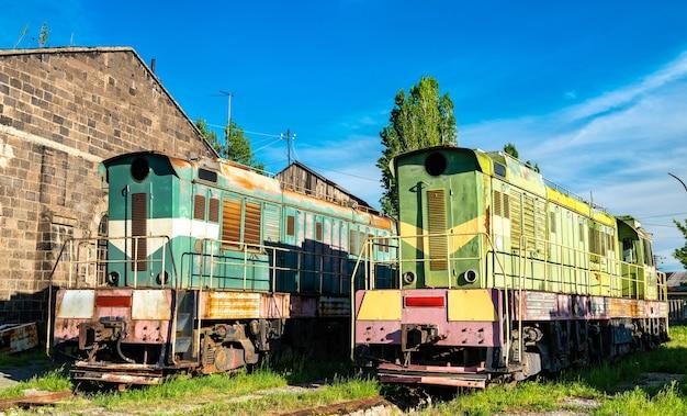 Vecchie locomotive diesel arrugginite rotte del deviatore al deposito di gyumri in armenia