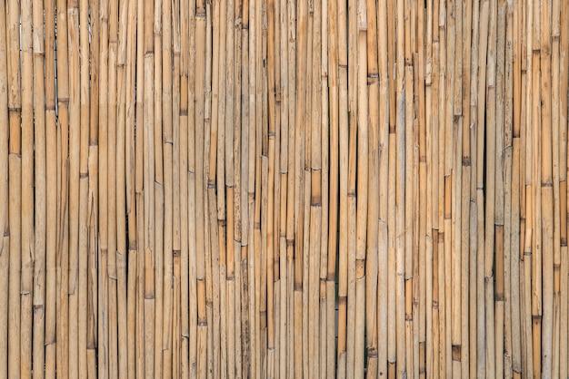 Vecchio sfondo di bambù marrone. muro di bambù. sfondo rustico rurale