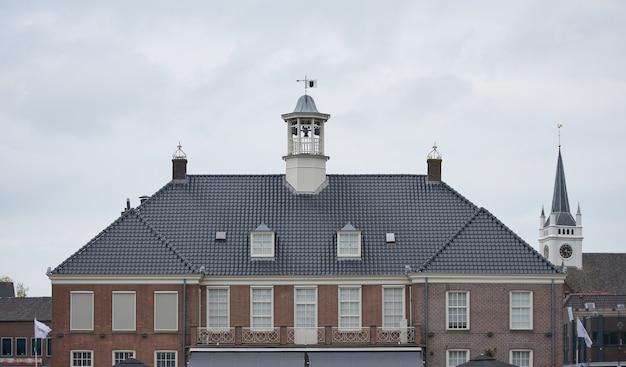 Un vecchio edificio sotto un cielo nuvoloso a ommen, paesi bassi
