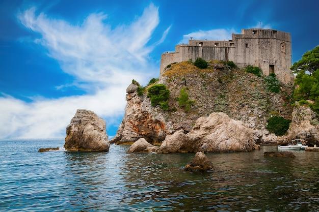 Il vecchio edificio di fort lovrijenac o san lorenzo a dubrovnik, croazia