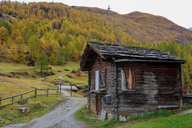 Vecchio edificio sulla stazione della funivia furi in autunno e giornata piovosa.