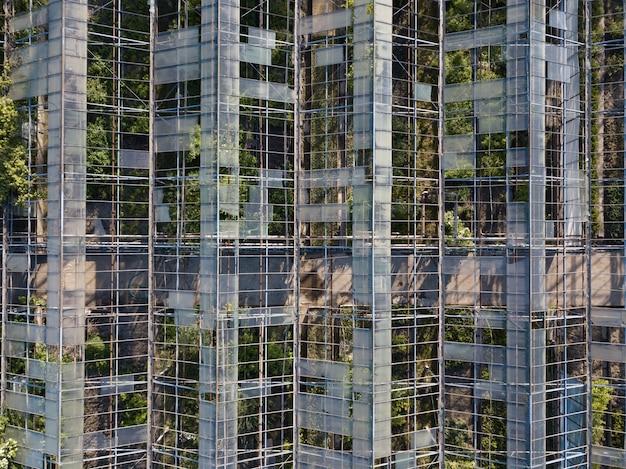 Il vecchio edificio della serra serra in stato di rovina con vista dall'alto