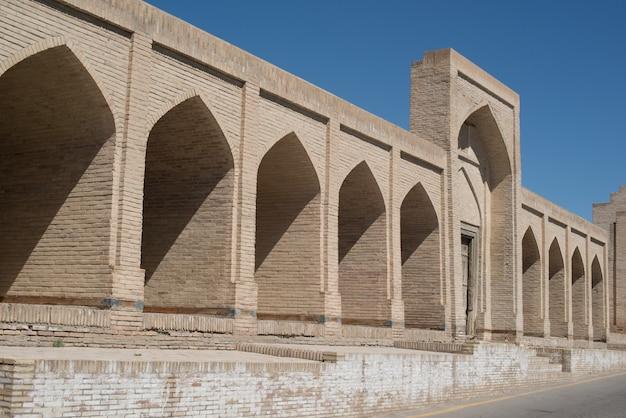 Il vecchio edificio, il muro con gli archi. antichi edifici dell'asia medievale. bukhara, uzbekistan