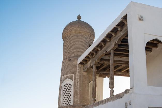 Il vecchio edificio con l'arco e la cupola. antichi edifici dell'asia medievale. bukhara, uzbekistan