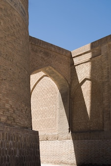 Vecchio edificio con arco e passaggio. gli antichi edifici dell'asia medievale. bukhara, uzbekistan