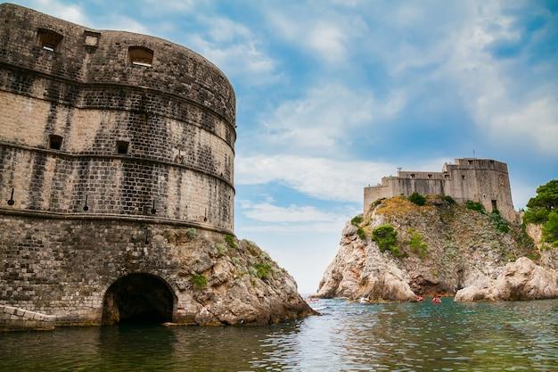 I vecchi edifici di fort bokar e fort lovrijenac a dubrovnik, croazia