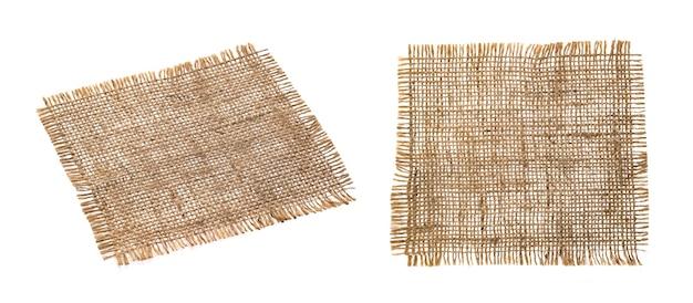 Vecchio primo piano del tovagliolo del tessuto della tela da imballaggio. iuta di lino ruvida, pezzo di tela di sacco isolato su sfondo bianco con tracciato di ritaglio. etichetta in tessuto di tela di iuta con bordi sfrangiati. materiale del sacco