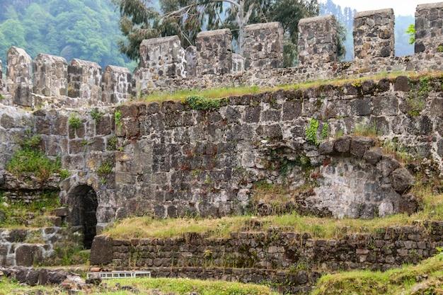 Vecchia fortezza bizantina di gonio vicino a batumi, georgia