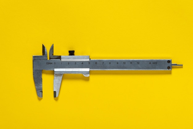 Vecchie pinze su sfondo giallo. applicato da artigiani per riparare impianti idraulici o edilizia