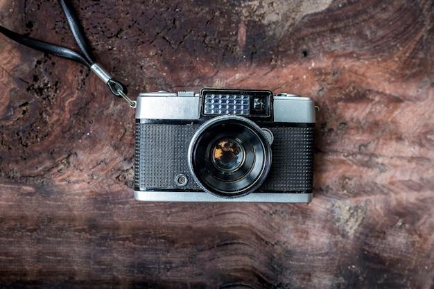 Vecchia macchina fotografica, film, vintage, retrò, su fondo in legno