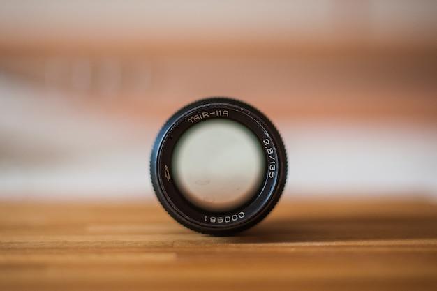 Vecchio obiettivo della fotocamera che segna da vicino
