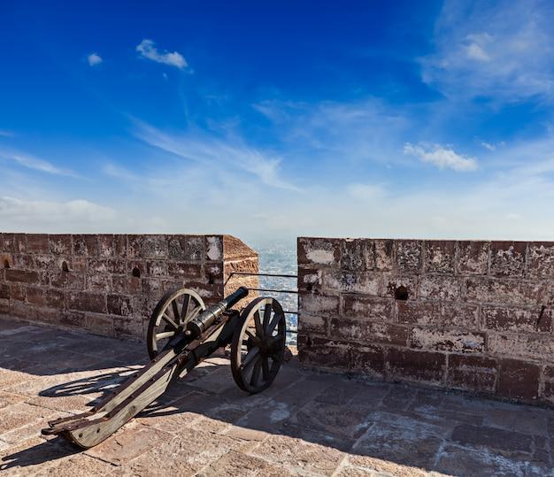 Vecchio canone nella fortificazione di mehrangarh, jodhpur, rajasthan, india