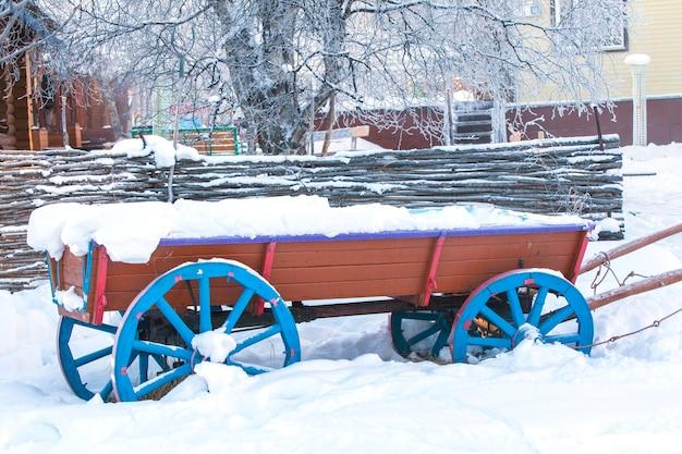 Vecchio carrello nella neve in inverno