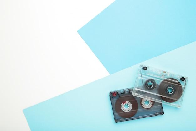 Vecchie cassette su sfondo blu con spazio di copia