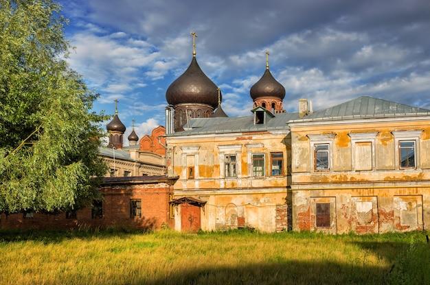 La vecchia cattedrale con cupole nere alla luce del sole a kazan