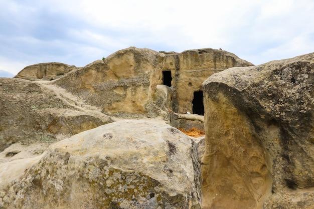 Vecchia città rupestre uplistsikhe nelle montagne del caucaso, georgia