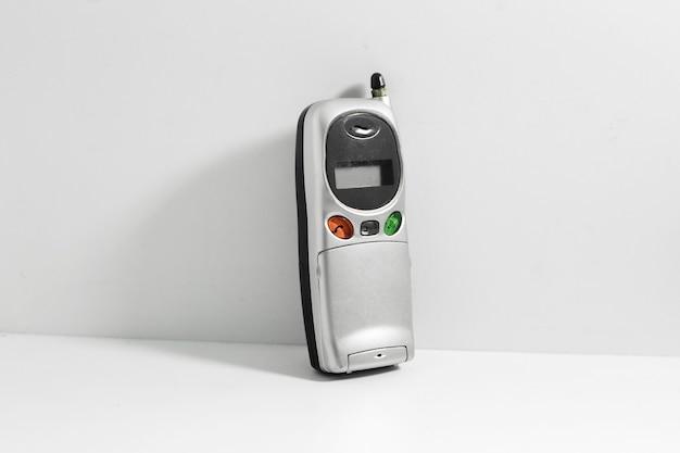 Vecchio telefono cellulare isolato su bianco.