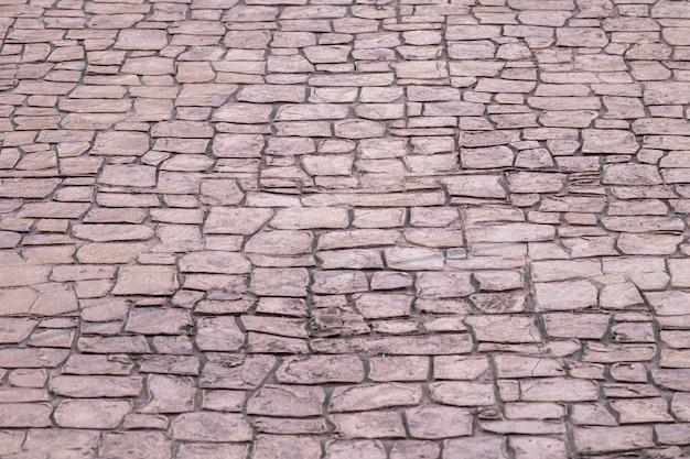 Vecchia struttura in cemento e calcestruzzo a terra.