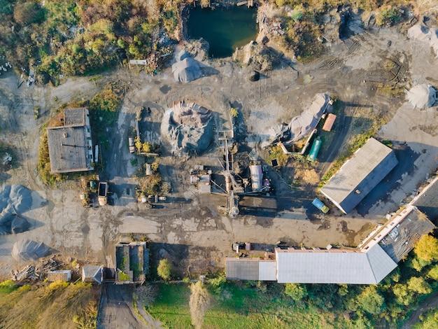 Il calcestruzzo pesante della vecchia fabbrica di cemento in un impianto di costruzione forma una zona industriale di cemento concreto