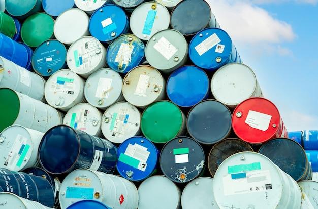 Vecchi barili di sostanze chimiche con etichetta di avvertimento di liquido infiammabile serbatoio dell'olio in acciaio rifiuti tossici nel serbatoio