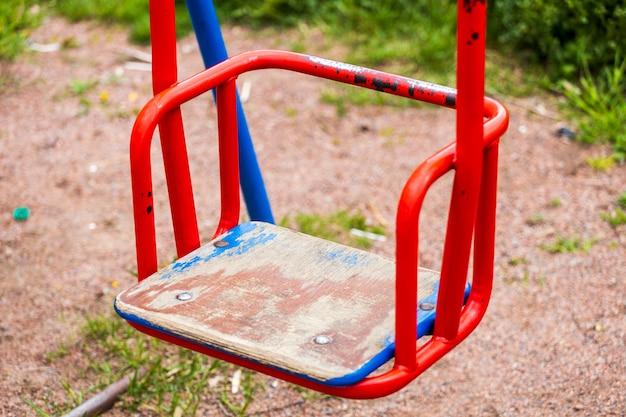 Altalena per bambini vecchi con vernice squallida. foto di alta qualità Foto Premium
