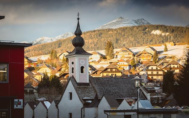 Vecchia chiesa al villaggio austriaco al tramonto