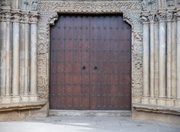 Vecchia porta della chiesa con dettagli