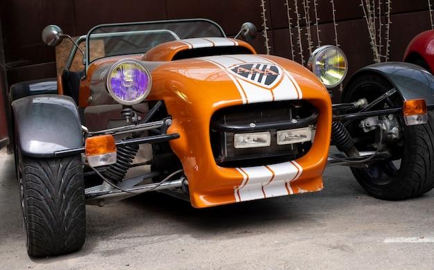 Vecchio classico. auto da corsa retrò. vecchie auto. meccanica. parco di kharkiv 07,06,2021 kharkiv oblast, ucraina