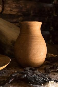 Vecchia brocca di argilla su uno sfondo scuro. utensili da cucina