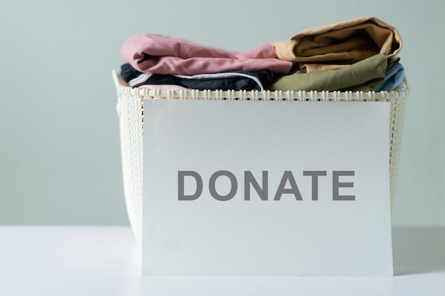 I vecchi vestiti vengono accumulati per la donazione