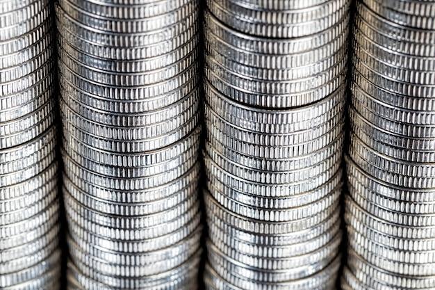 Vecchie monete con graffi e altri danni dopo un uso a lungo termine da parte della popolazione per i calcoli