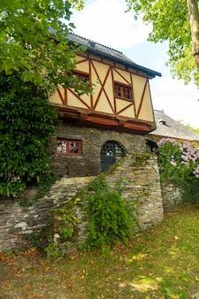 Vecchia casa colorata nel borgo medievale di rochefort-en-terre, dipartimento di morbihan nella regione della bretagna. francia
