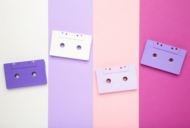 Vecchie cassette colorate su uno sfondo colorato