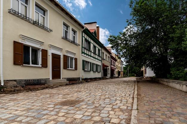 Vecchie case colorate e strade in una città europea, paesaggio urbano in estate