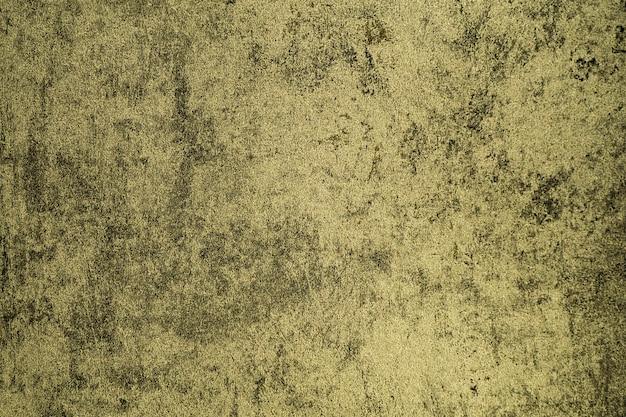 Vecchio muro di cemento con crepe e buche.