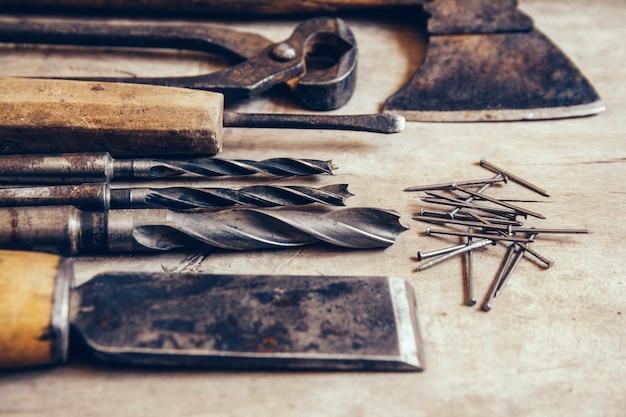 Vecchi strumenti di costruzione su uno sfondo piatto di legno del banco da lavoro. tavolo da carpentiere. falegnameria.