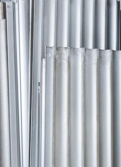 Vecchia lamiera grecata in alluminio per applicazioni interne ed esterne.