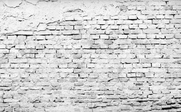 Vecchio muro di mattoni incrinato