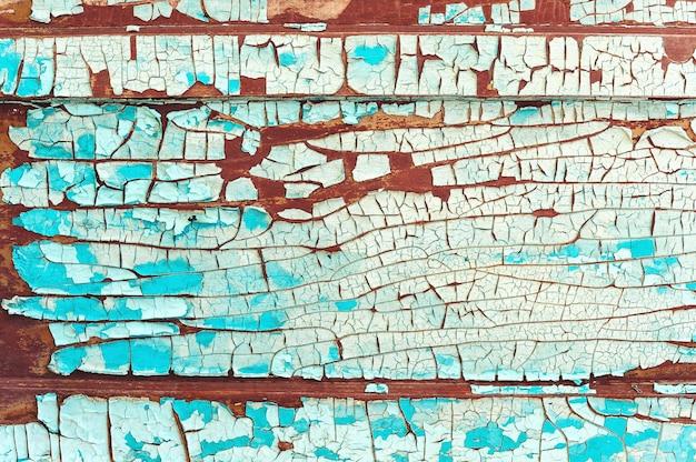 Vecchia vernice incrinata su una parete di legno.