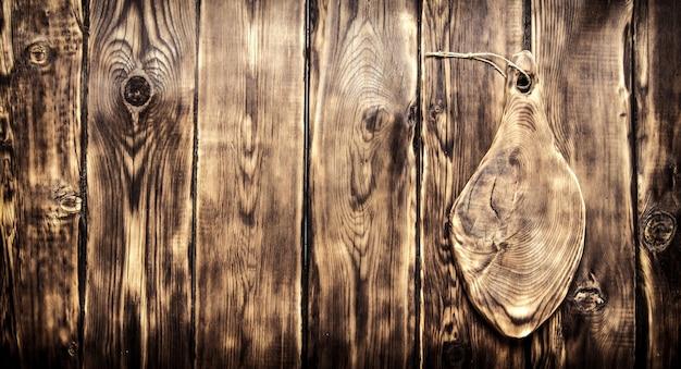 Vecchio tagliere con spazio vuoto per il testo. sullo sfondo di legno.